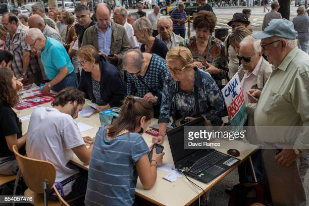 University students help citizens who want to know where they have to vote on the Catalan selfdetermination referendum on September 26 2017 in...