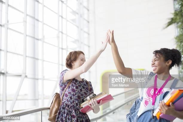 Universität Schüler hohe fiving im Innenbereich