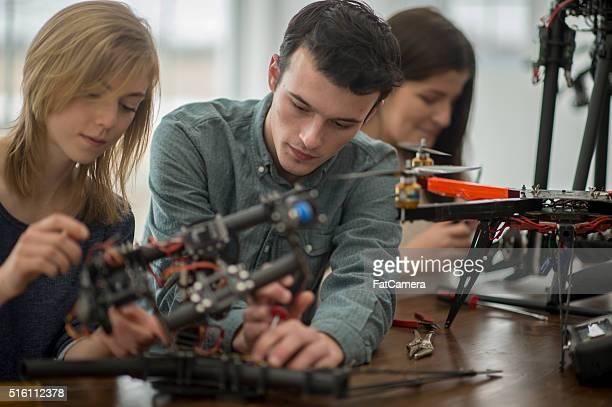 Universität Studenten, die einem fliegenden Hintergrundgeräusche