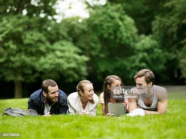 university students on campus - op de buik liggen stockfoto's en -beelden