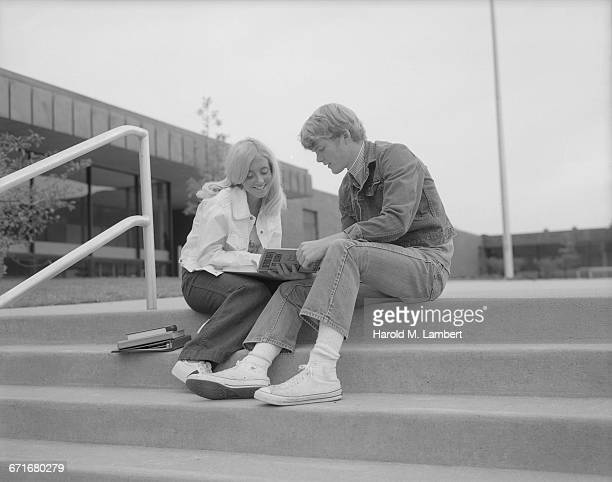 university students sitting on campus steps and reading book - {{relatedsearchurl(carousel.phrase)}} fotografías e imágenes de stock