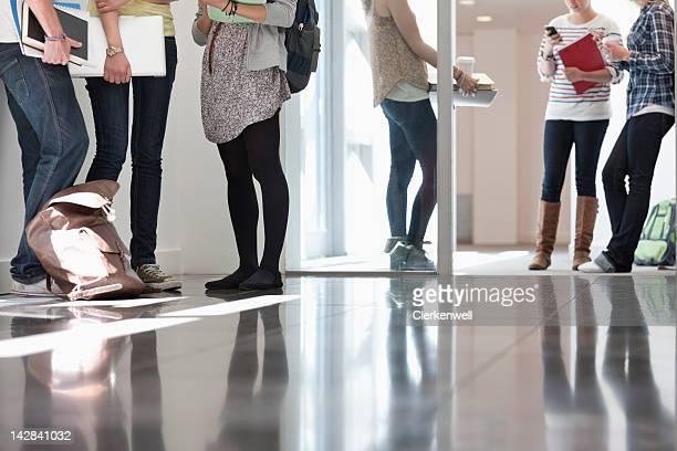 Universität Studenten stehen im Flur