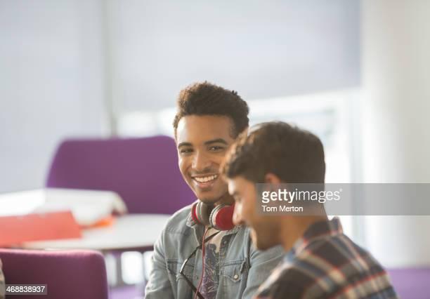 Universität Studenten sprechen in der lounge