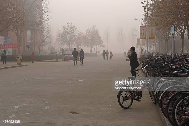 CONTENT] University students walk through hazardous air pollution to get to classes Hazardous air pollution engulfed central China during much of 2013
