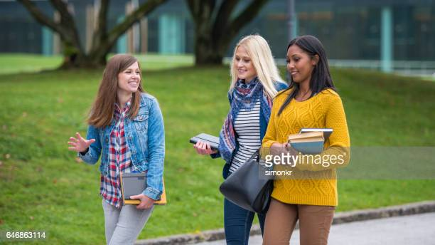 universitaire studenten lopen in campus - helemaal losgeknoopt stockfoto's en -beelden