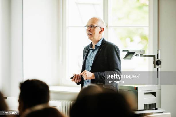 university tutor standing in front of class - college professor stock-fotos und bilder