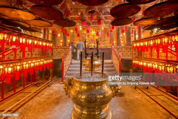 unknown asian prayers are praying inside the man mo temple - man motempel stockfoto's en -beelden