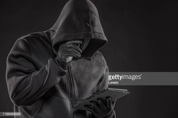 desconhecido com capuz criminal online - luva preta - fotografias e filmes do acervo