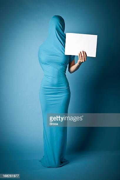 Mulher com mensagem desconhecida