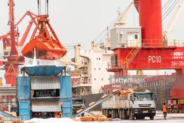 déchargement du navire en vrac - djibouti photos et images de collection