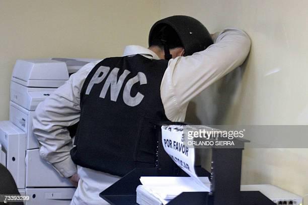 Uno de los cuatro policias invetigado por supuesta participacion en el asesinato de los diputados al Parlamento Centroamericano espera para declarar...