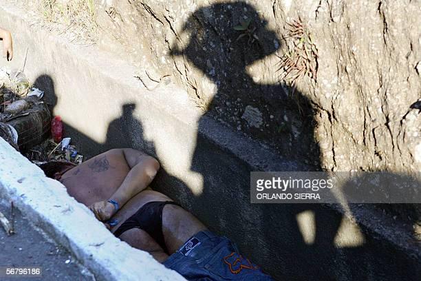 Uno de los siete cadaveres encontrados en una cuneta es observado por un miembro del Cuerpo de Bombero en el sector de Las Charcas al sur de Ciudad...
