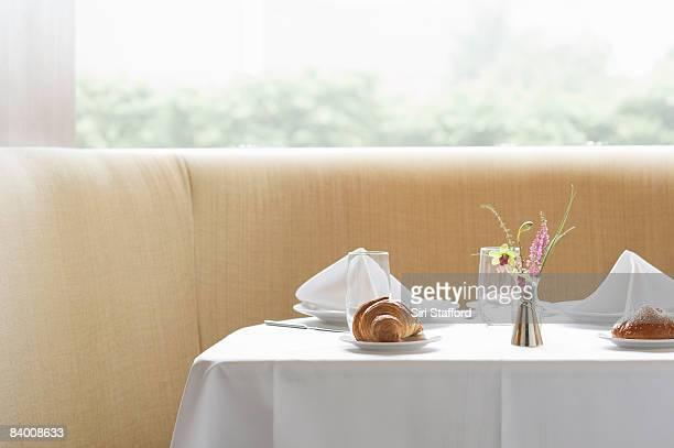 テーブルのレストランへは、ペストリーをどうぞ。