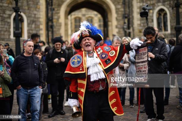 Unofficial town crier Tony Appleton welcomes the birth of the Duke and Duchess of Sussex's baby outside Windsor Castle on May 6 2019 in Windsor...