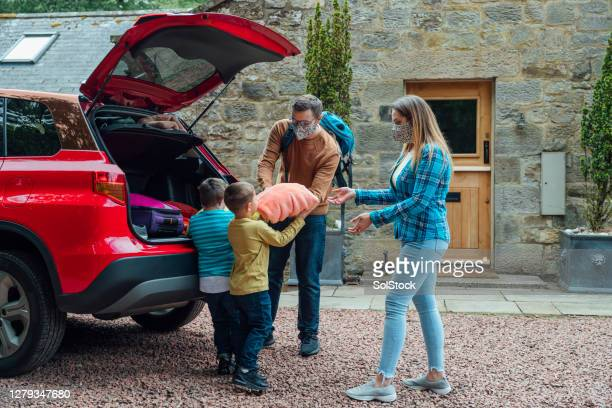 unpacking the car together - vacations stock pictures, royalty-free photos & images
