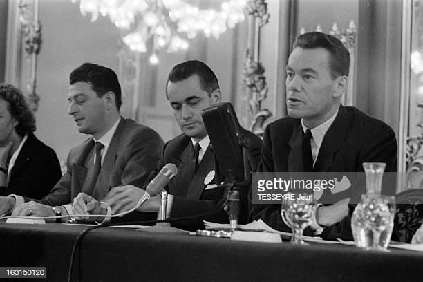 Unr Congress En France en juillet 1959 Congrès de l'UNR avec Jacques CHABAN DELMAS et Albin CHALANDON prenant la parole assis derrière une table à la...