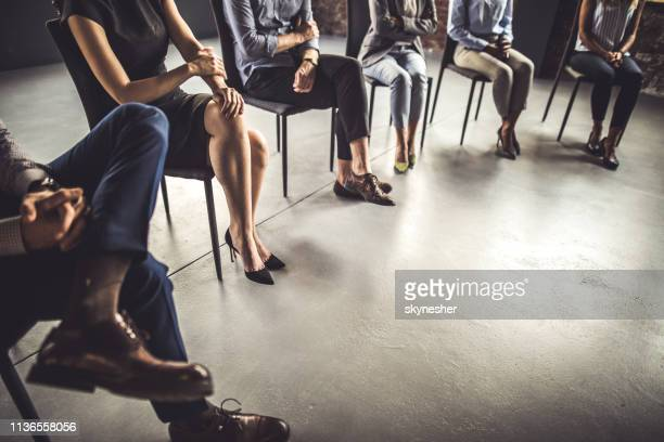 executivos unrecognizable que atendem a uma terapia do grupo no escritório. - membro - fotografias e filmes do acervo