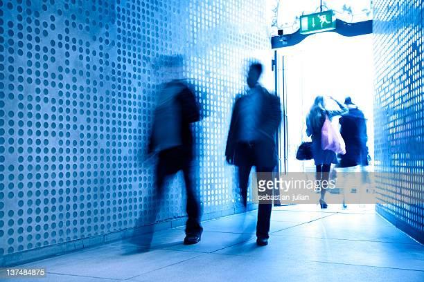 Irreconocible las personas de negocios, frente a la pared moderna