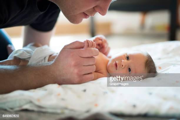 Nicht erkennbare Vater seine niedlichen neugeborenen Tochter hielt