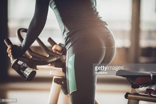 nicht erkennbare sportlerin mit ein spinning-training in einem fitnessstudio. - sportlerin stock-fotos und bilder