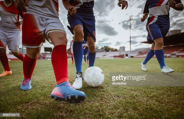 méconnaissable femmes footballeurs en action pendant le match dans un stade. - football féminin photos et images de collection