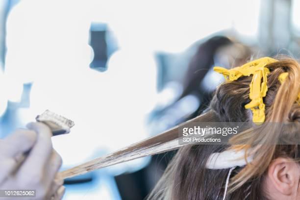 cabelo de cabeleireiro irreconhecível cores mulher - vestuário de proteção - fotografias e filmes do acervo