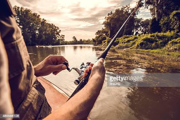 Hombre irreconocible pesca con mosca en el río.