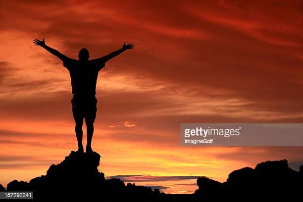 Hombre de irreconocible en elogios y adoración silueta