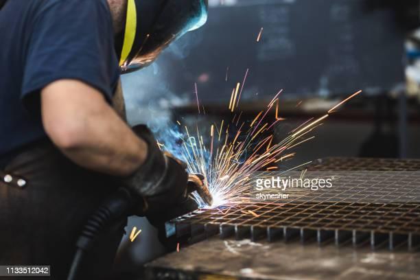 metal manual unrecognizable da soldadura do trabalhador em uma fábrica. - metalúrgico - fotografias e filmes do acervo
