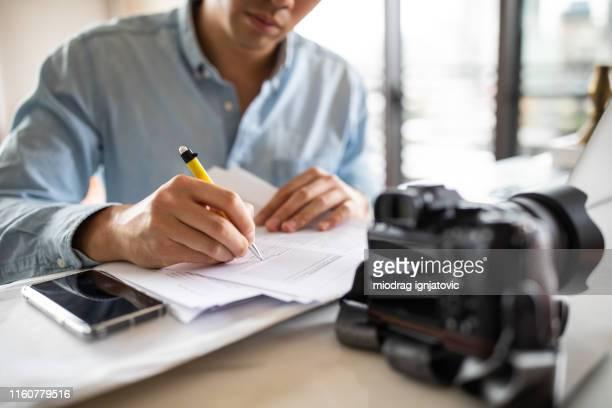 onherkenbaar paparazzo ondertekening contract - journalist stockfoto's en -beelden