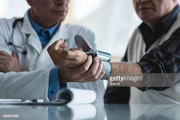 Irreconhecível pessoas medição de pressão arterial com um manómetro.