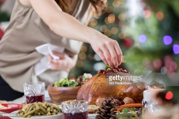 mulher irreconhecível guarnições turquia antes do jantar de natal - passas - fotografias e filmes do acervo