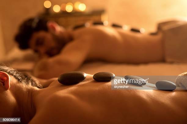 Nicht erkennbare Frau empfangende heiß stone-Therapie im Spa.