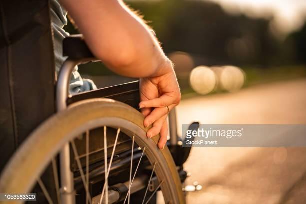 mulheres irreconhecíveis em uma cadeira de rodas - cadeira de rodas elétrica - fotografias e filmes do acervo