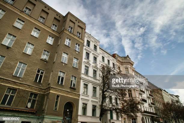 unrenovated east berlin building in the saarbrueckerstrasse in the district of prenzlauerberg, berlin - altbau fassade stock-fotos und bilder