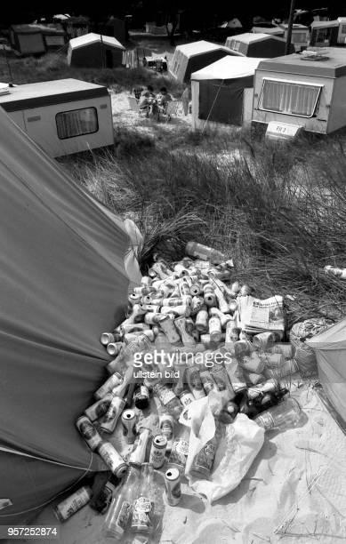 Unschöne Hinterlassenschaften inmitten der Dünen auf dem Zeltplatz im Ostseebad Prerow auf dem Darß aufgenommen im Sommer 1990 Geleerte Getränkedosen...