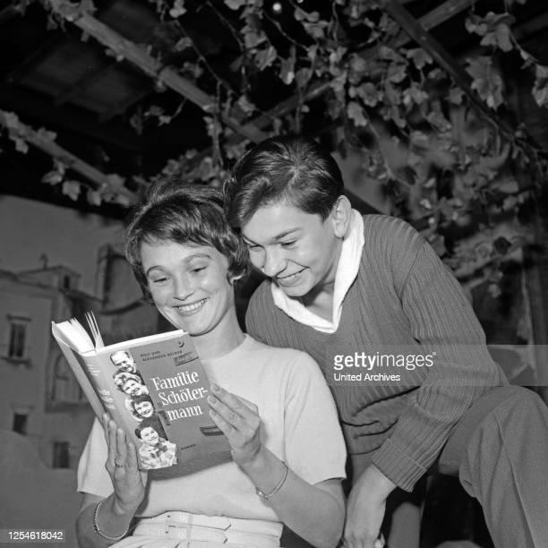 Unsere Nachbarn heute abend - Familie Schölermann, Deutschland 1954 - 1960, Fernsehserie, Regie: Ruprecht Essberger, Promoshooting mit Margit Cargill...