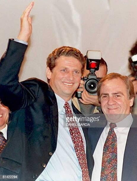 Hoaracio Massaccesi el candidato presidencial de la Union Civica Radical acompanado por el candidato a vicepresidente Antonio Hernandez saluda a sus...