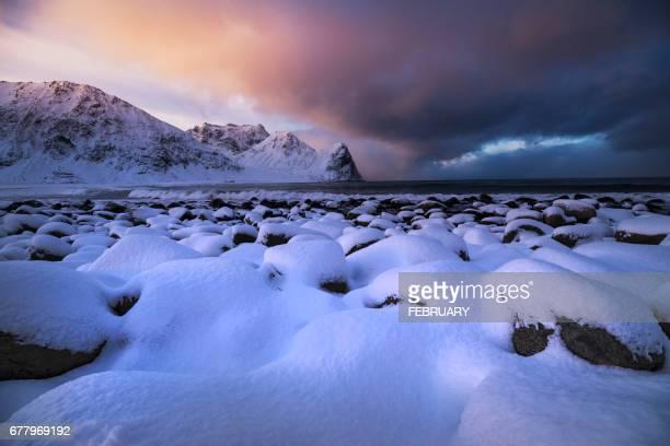 unstad beach in winter , lofoten island - arquipélago - fotografias e filmes do acervo