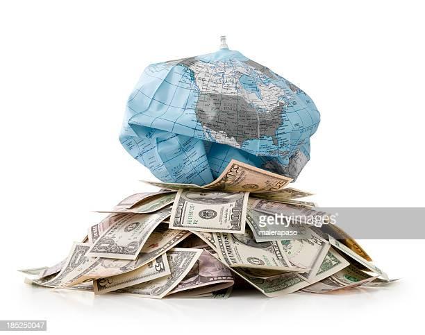 Nicht nachhaltige Entwicklung. Haufen Geld mit Globus deflates.