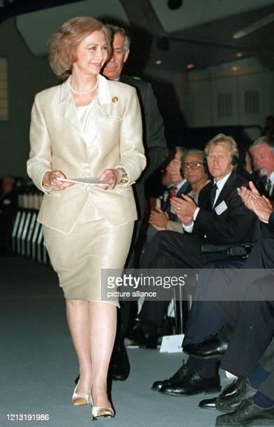 Unter dem Beifall der anderen Teilnehmer läuft die spanische Königin Sofia am 27.6.2000 durch das Internationale Berliner Kongresszentrum zur...