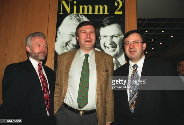 Unter dem Motto Nimm 2 stellt der Bonner FDPParteichef Wolfgang Gerhardt am 1321996 in Bad Bramstedt die beiden Spitzenkandidaten der FDP Wolfgang...