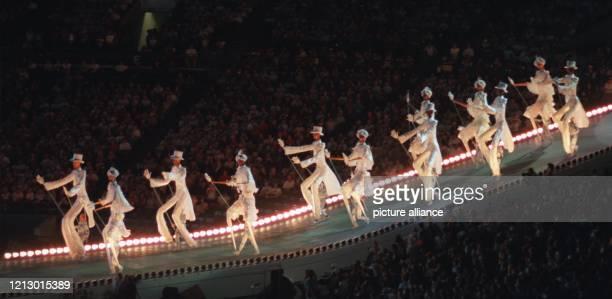 Unter dem Motto Sommerzeit Die Schönheit des Südens ziehen während der Eröffnungsfeier der XXVI Olympischen Sommerspiele am 1971996 in Atlanta...
