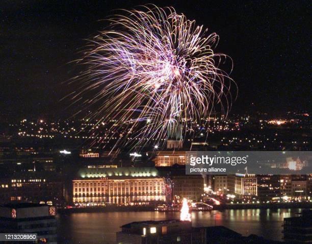 """Unter dem Motto """"Weihnachtssterne über Hamburg"""" findet am an der Binnenalster der Hansestadt ein Feuerwerk statt. Zum siebten Mal luden die..."""