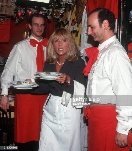 """Unter den wohlwollenden Augen zweier """"Profis"""" macht sich """"Aushilfskellnerin"""" Lena Valaitis mit den Tellern auf den Weg zu den wartenden Gästen in..."""