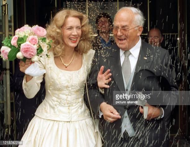 Unter einem Reisregen verläßt das Hochzeitspaar Rainer Barzel und Ute Cremer am 2451997 die Münchner Theatinerkirche Nach einer Reihe von schweren...