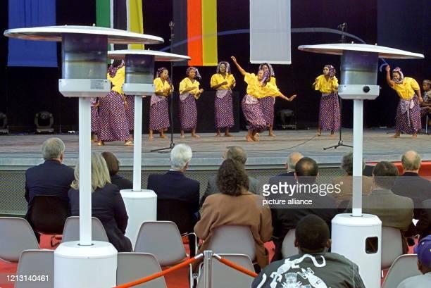 Unter Heizgeräten sitzen die Mitglieder der Delegation aus Mosambik am an der PlazaBühne des Weltausstellungsgeländes in Hannover während die...