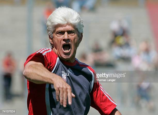 Unterhaching's head coach Werner Lorant shouts instructions to players during the Second Bundesliga match between SpVgg Unterhaching and Greuther...