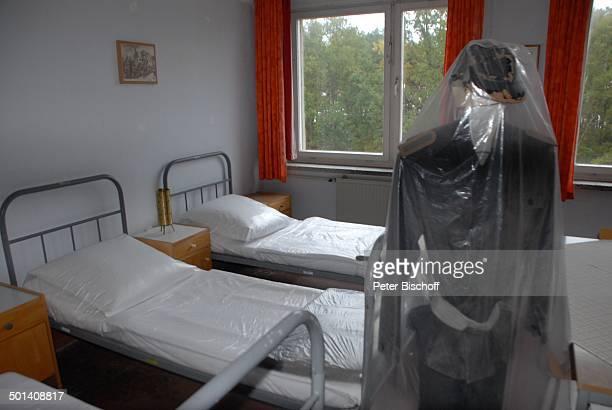 Unterkunftsraum für Unteroffiziere auf Zeit NVAMuseum Prora OstseeInsel Rügen MecklenburgVorpommern Deutschland Europa Ostseeinsel Anzug Bett Betten...