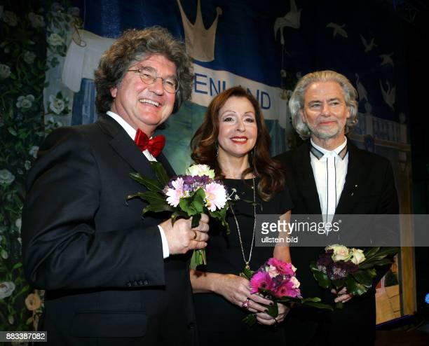 Unternehmer Alfred Theodor Ritter Sängerin Vicky Leandros Unternehmer Hermann Bühlbecker vlnr aufgenommen bei der Verleihung der Goldenen Erbse im...